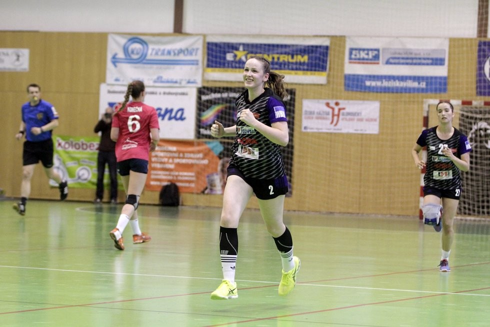 Olomoucké házenkářky (v černém) porazily v prvním utkání série o bronz Porubu 26:21. Markéta Hurychová