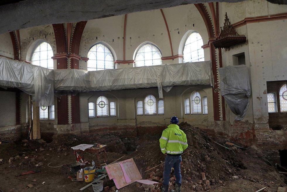 Interiér opravovaného Červeného kostela v Olomouci na konci ledna 2021