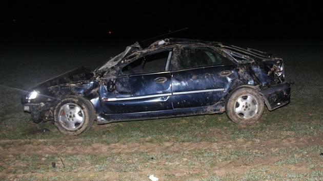 V poli mezi obcemi Žerotín a Hnojice skončil v pondělí v noci sedmadvacetiletý řidič automobilu Renault Laguna.