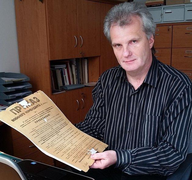 Olomoucký historik Karel Podolský vruce drží originál Rozkazu vojenského velitele města Olomouce č. 1ze dne 8.května 1945