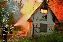 Požár chatky v lesíku za Kojeneckým ústavem v Olomouci