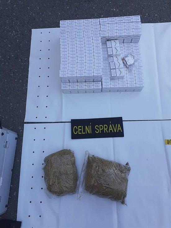 Seniorka vlakem převážela 6 600 kusů cigaret a téměř dva kilogramy tabáku.