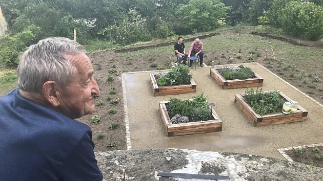 Novou farní zahrádku ve Slatinicích si zájemci mohli poprvé prohlédnout v rámci akce Víkend otevřených zahrad. (7. června 2020)