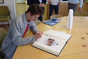 Tobiáš Handl je nejmladším hráčem, který za HC Olomouc nastoupil v extralize po posledním postupu do nejvyšší soutěže. Na radnici přinesl ukázat zlatou medaili ze zimního Evropského olympijského festivalu mládeže zúnora letošního roku, kterou vybojoval s