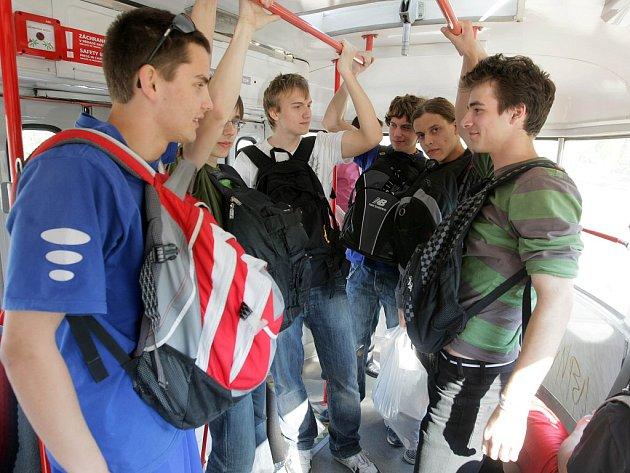 Duben 2009. Několik studentů na protest začalo v Olomouci cestovat s batohy na břiše.