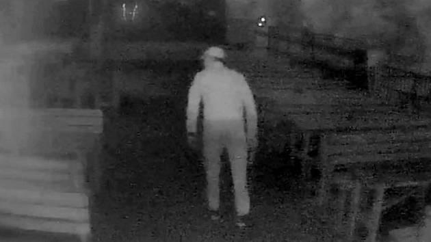 Zloději v hospodě U Travise začátkem května 2017