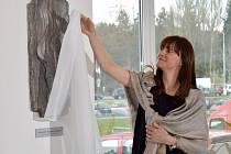 Nová děkanka Právnické fakulty UP Zdenka Papoušková odhalila v předsálí auly fakulty reliéf nazvaný Lidská oběť – Pocta Janu Palachovi