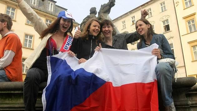 Fanoušci sledují na Horním náměstí zápas Česko - Portugalsko