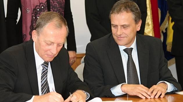 Alexander Černý z KSČM a Jiří Rozbořil z ČSSD (vpravo) při podpisu koaliční smlouvy pro Olomoucký kraj