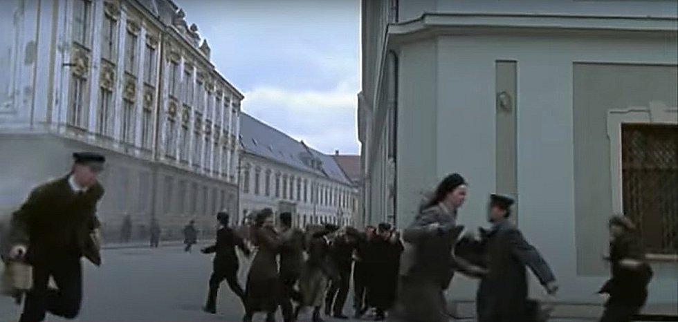 Screen z filmu Doktor Živago. Ulice Křížkovského