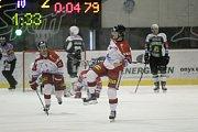 Olomoučtí hokejisté (v bílém) porazili Karlovy Vary 3:2 v prodloužení. Miroslav Holec (uprostřed).