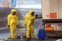 Z kamionu na obchvatu Olomouce unikl nebezpečný formaldehyd