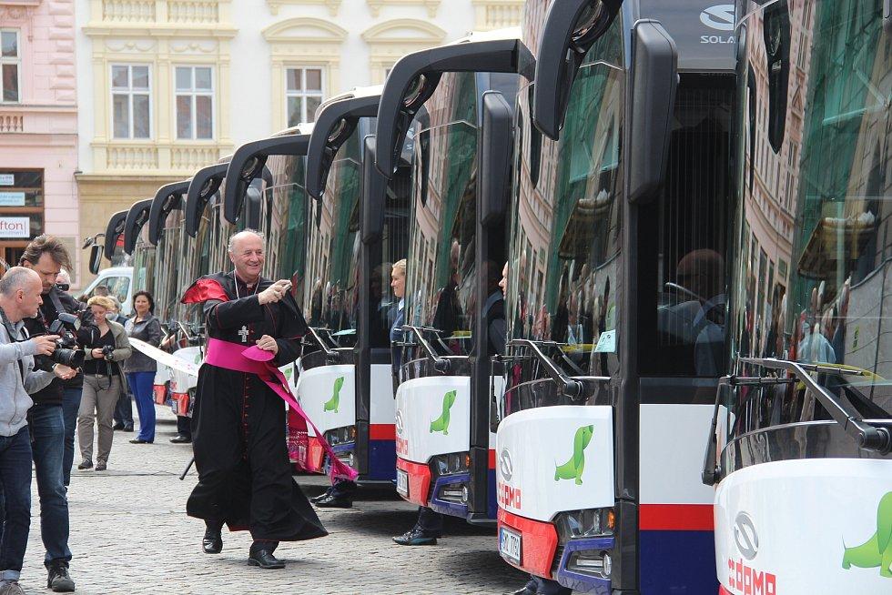 Novým autobusům DPMO na Horním náměstí v Olomouci požehnal olomoucký arcibiskup. Květen 2017