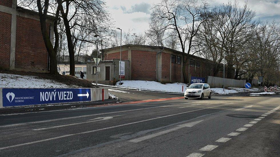 Nový vjezd a výjezd areálu Fakultní nemocnice Olomouc v Hněvotínské ulici, 26. 1. 2020