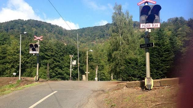 """Železniční přejezd v Hlubočkách-Hrubé Vodě není podle místních přehledný. Je v zatáčce, v """"kopci"""" a silnice, s níž se koleje kříží, je velmi úzká."""