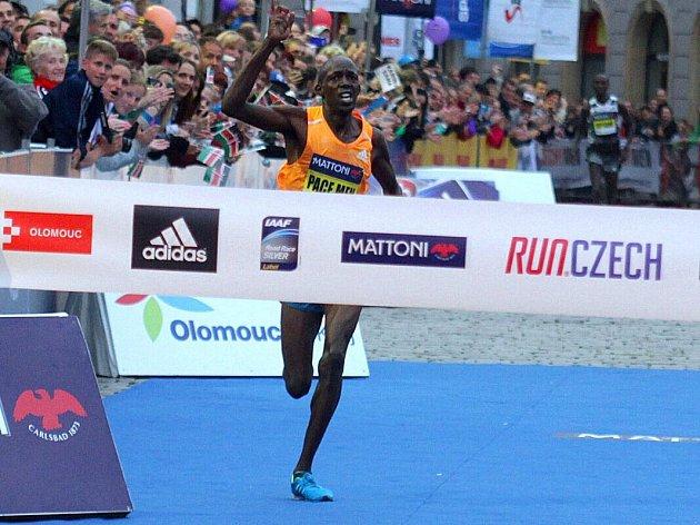 Keňský vodič Geoffrey Ronoh míří za vítězstvím a rekordem trati. Olomoucký půlmaraton 2014