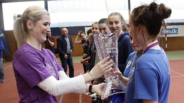 Lucie Fabíková gratuluje vítěznému týmu žaček ze 17. ZŠ Křiby, Zlín.