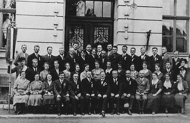 Celý personál školy ve Městě Libavá (Stadt Liebau) při školní slavnosti vroce 1933