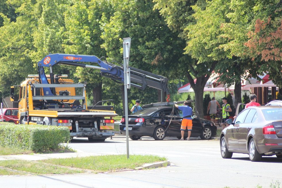 Řidiči, kteří při Olomouckém půlmaratonu špatně parkovali, za asistence policie odtáhli. Tak jako třeba na tř. Kosmonautů.