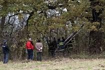 Policie a hasiči na místě nálezu mrtvoly v Černovíře