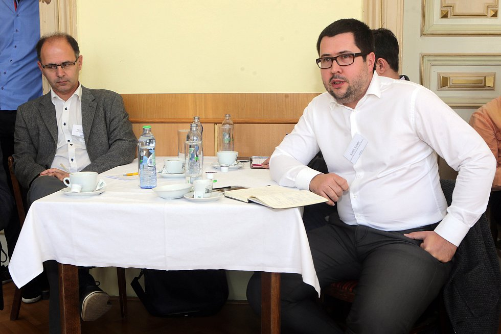 DENÍK BUS - debata v salonku Městského domu v Přerově. Politolog Pavel Šaradín (vlevo) a Radim Kašpar, ředitel Okresní hospodářské komory Olomouc