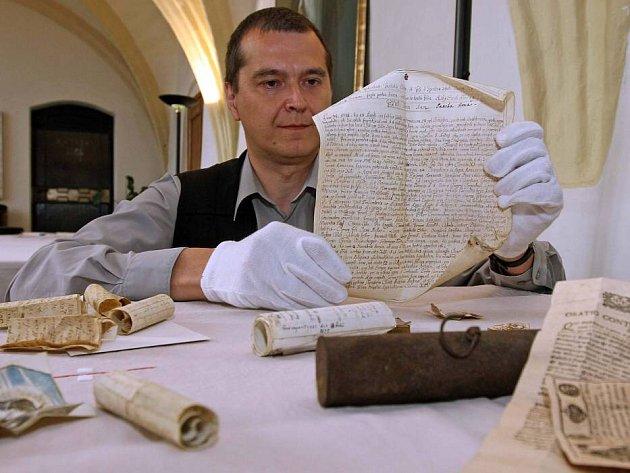 Listiny a předměty nalezené pod křížem věže dominikáínského kostela ve Slovenské ulici v Olomouci