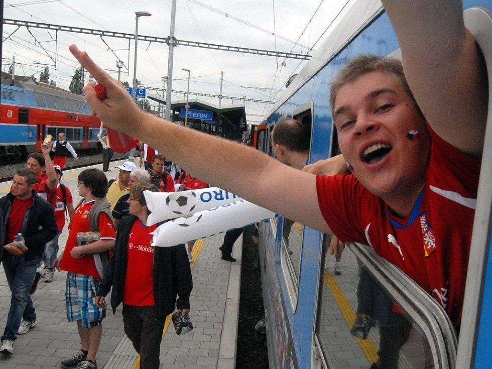 Speciální vlak do polské Wroclavy na fotbalové Euro 2012 stavěl i v Přerově. Nabral desítky bujarých fanoušků