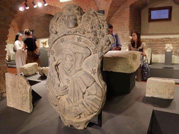 Expozice Příběh kamene ve sklepení bývalé jezuitské univerzity v Olomouci