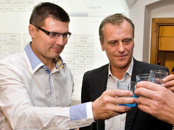 Alois Mačák (vlevo) slaví vítězství ČSSD vkrajských volbách vroce 2012.Vpravo olomoucký hejtman Jiří Rozbořil