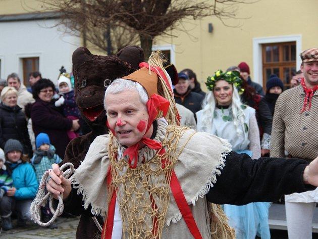 Ve Velké Bystřici nedaleko Olomouce pořádali v sobotu masopust se zabijačkou.