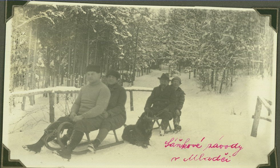 Na fotografii je zachycen Gustav Frištenský (Sedící vpředu, za ním jeho  manželka) na sáňkařské dráze v Mladči.