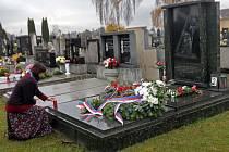 Pieta u hrobu Jana Opletala v Nákle