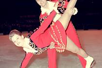 1967. Sourozenci Eva a Pavel Romanovi, mistři světa v tancích na ledě, při vystoupení na Mistrovství světa v Dortmundu.