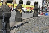 Poničený sloupek u Sloupu Nejsvětější Trojice v Olomouci