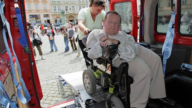 Soukromé taxi pro vozíčkáře si vyzkoušel předseda sdružení Trend Milan Langer.