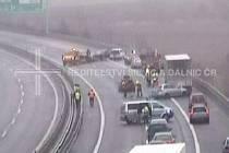 U Nemilan na D35 se srazilo na Štědrý den ráno hned několik aut.