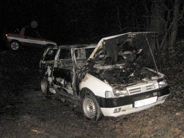 Vyhořelý Fiat Uno nalezený uDomašova