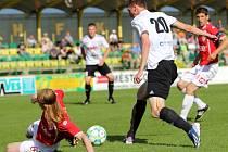 1. HFK Olomouc (v bílém) vs. FK Pardubice - Rastislav Chmelo