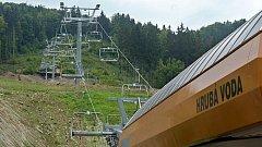 Sedačková lanovka v Parku sportu Hrubá Voda. Nabídnout ji návštěvníkům chce i nedaleký ski-areál Hlubočky, kde zatím lyžaře táhne na kopec vlek.
