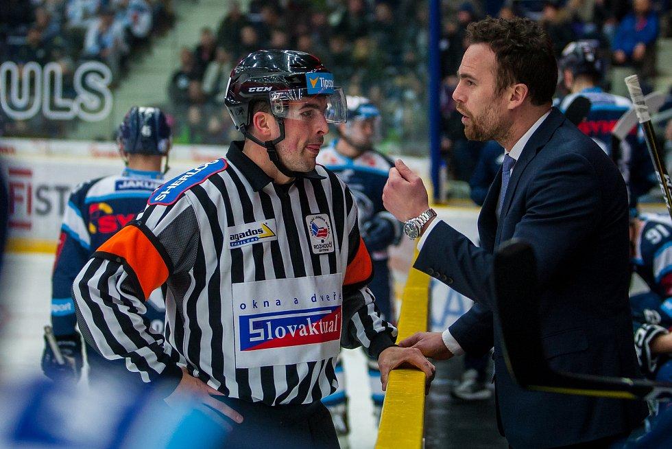 Bílí Tygři Liberec proti HC Olomouc. Hlavní rozhodčí Matěj Sýkora a trenér Filip Pešán.