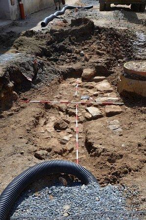 Pravděpodobné základy Litovelské brány vUničově se nachází zhruba vúrovni internátu průmyslové školy. Nalezené torzo archeologové zdokumentovali a poté stavbaři zdivo zasypali.
