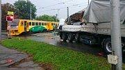 Srážka nákladního auta s vlakem na přejezdu v Divišově ulici v Olomouci