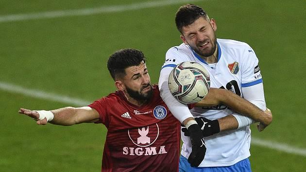 FC Baník Ostrava - Sigma Olomouc. (Zleva) Jakub Yunis z Olomouce a Patrizio Stronati z Ostravy.