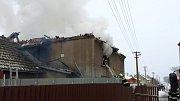 Hasiči na Nový rok zasahují u požáru rodinného domu v Hnojicích