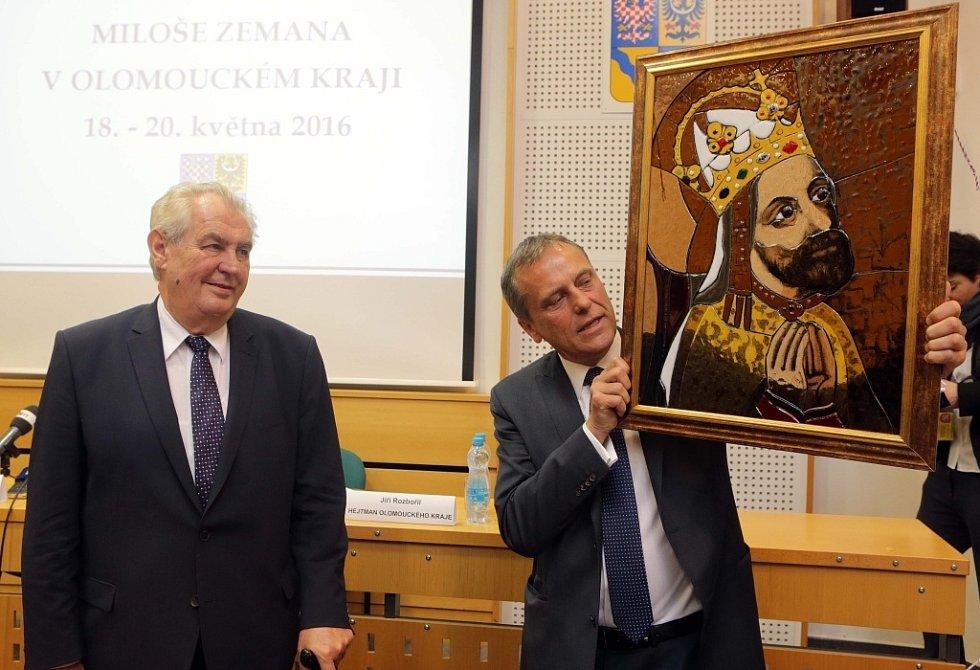 Prezident na návštěvě Olomouckého kraje - Olomouc, 18. května 2016 -  - Dar pro prezidenta - Vitrážový obraz Karla IV.