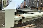 """Na Masarykově třídě v Olomouci, hned vedle koryta řeky Moravy, kompletují části nového mostu přezdívaného """"Rejnok"""", 23. října 2020"""