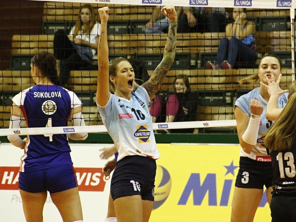 Olomoucké volejbalistky (v modrém) prohrály s Békéscsabai RSE 2:3.