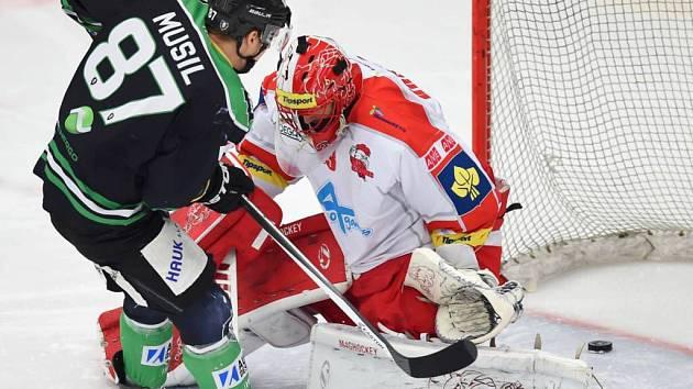 Boleslavský Musil střílí první gól do branky Tomáše Vošvrdy.