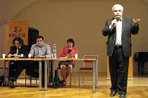 Lídr kandidátky KDU-ČSL ve volbách do Evropského parlamentu Pavel Svoboda a několik jeho stranických kolegů besedovalo ve čtvrtek s voliči ve Vlastivědném muzeu Olomouc.