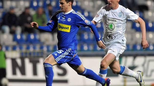 Olomoucký Jan Navrátil (vlevo) střílí první gól, stíhá jej Václav Kalina z FK Mladá Boleslav